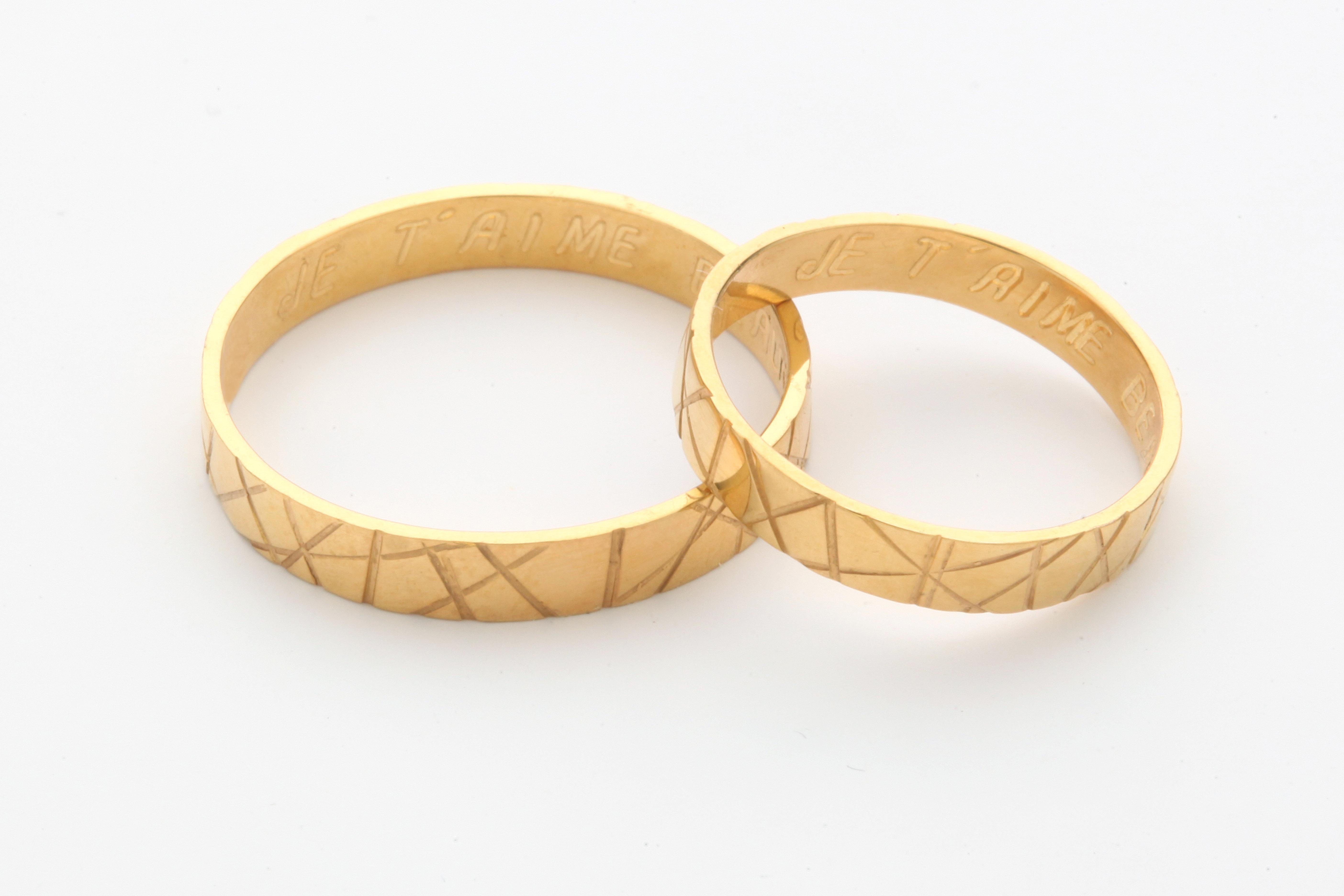 Alianzas de oro amarillo con textura