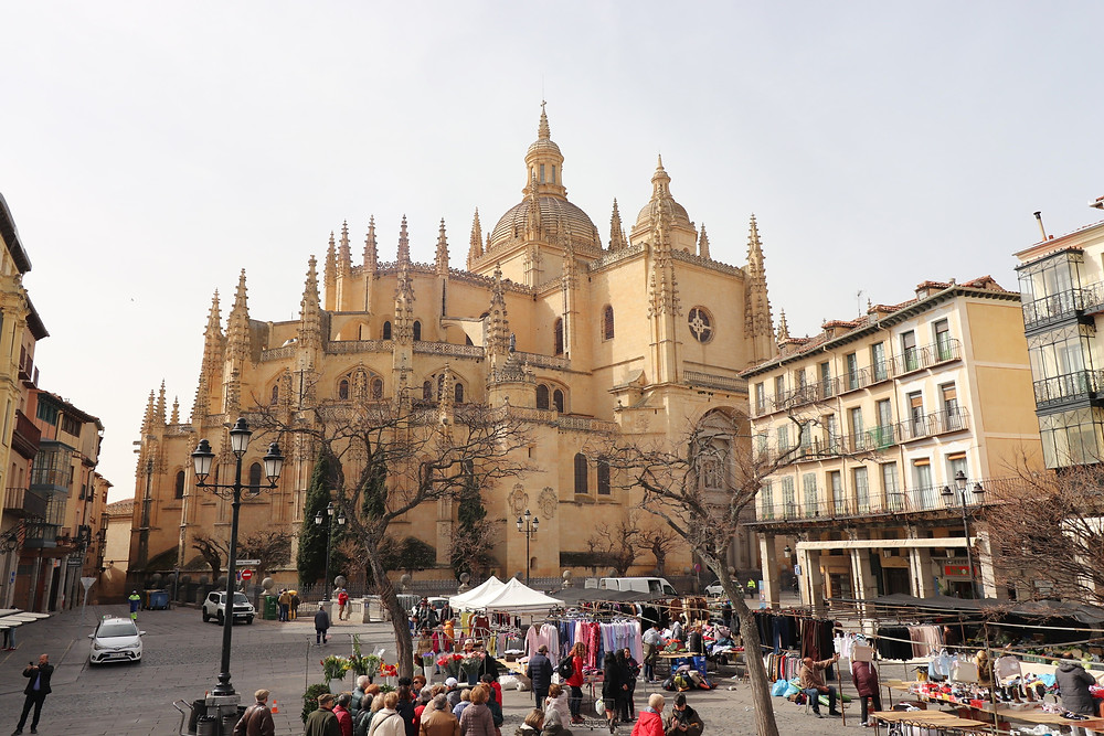 Plaza Mayor and Segovia Cathedral during market