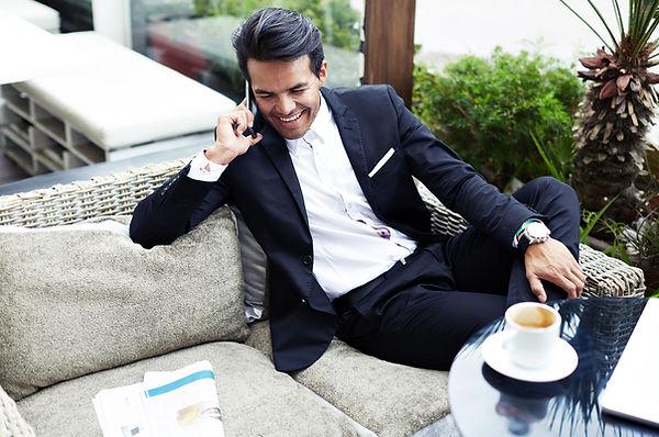 Egy üzletember kávézás közben telefonál - frissen pörkölt szemes kávé rendelés