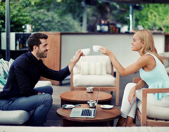 Sikeres fiatal pár mosolyogva kávézik - Frissen pörkölt szemes kávé rendelésre