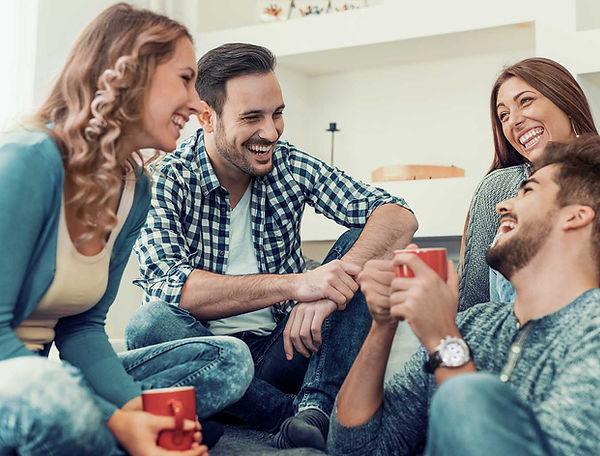 Fiatalok közösen nevetnek kávézás közben - Frissen pörkölt szemes kávé rendelés