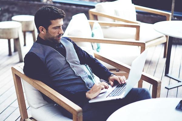 Online Frissen pörkölt szemeskávét rendelő, elegáns és céltudatos férfi