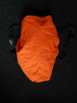 Naranja sobre mochila