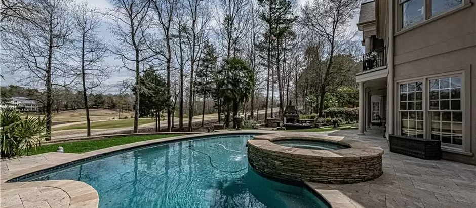 TOP 5 LISTINGS FEATURING AWESOME POOLS