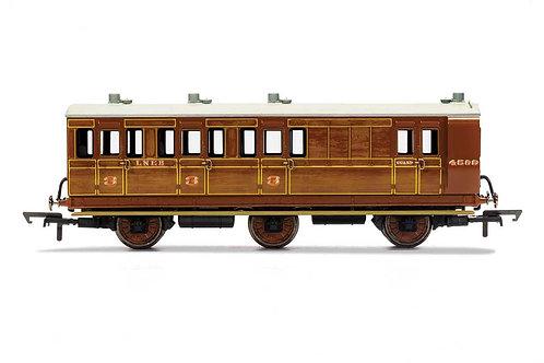 R40130 LNER Brake 3rd Class 6 wheel coach Oil lamps+step boards 4589-W/Lights