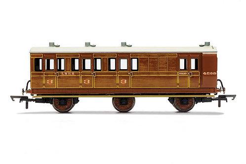 R40083 LNER Brake 3rd Class 6 wheel coach Oil lamps+step boards 4589