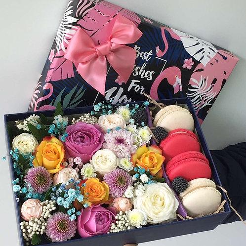 Коробка с цветами + макаруны