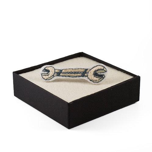 broderie contemporaine broche bijoux clé outil