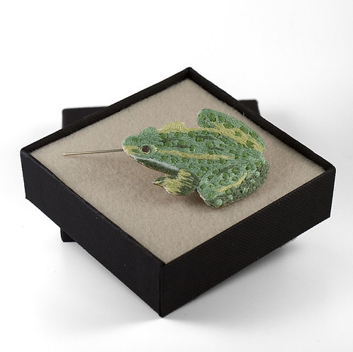 broderie contemporaine grenouille broche