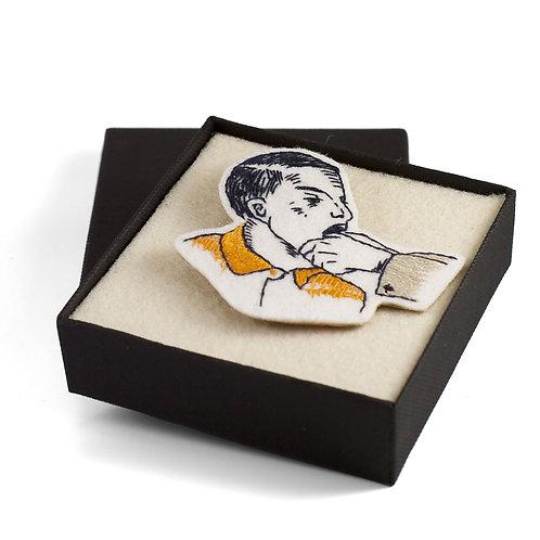 Broderie contemporaine broche bijoux portrait bouche main dent