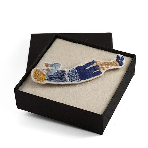 Broderie contemporaine broche bijou femme curieuse