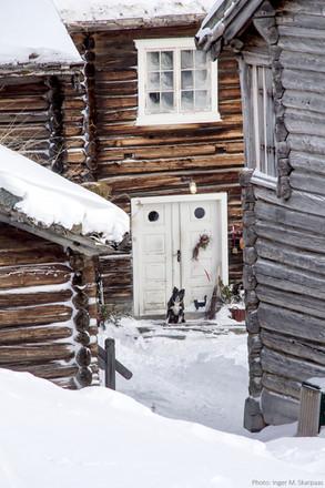 Gamle tømmerhus på vinteren