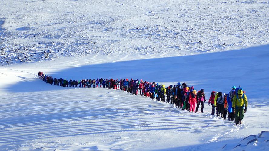 Stor gruppe på tur mot Galdhøpiggen