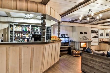 Bar og kafe med koselig peis på Vågå Hotell