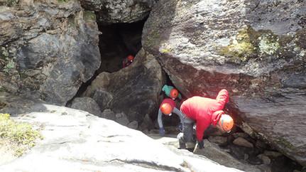 Familietur i grotte fem