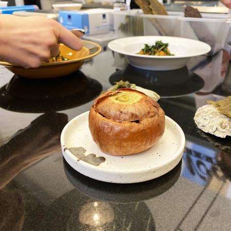 Kepaløk bakt i sukkertaredeig med pinjekjerner, shiitake, peanøtter og smørsaus.
