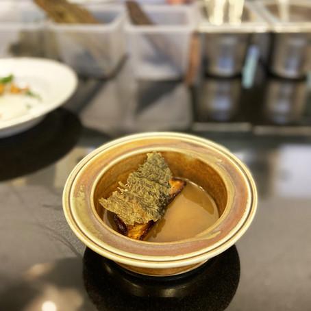 Karamellisert sellerirot med ristet tang, røkt ål, og sopp