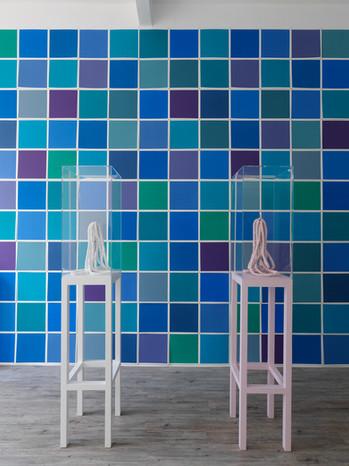 Squaredance – blau, 2018 & Schokolinsen Skulptur I rosa, 212 und Schokolinsen Skulptur II weiß, 2012