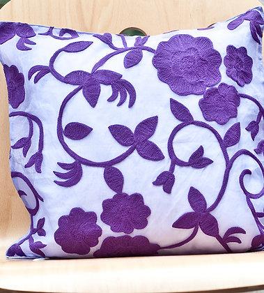 Zartviolettes Kissen mit violetter Wollstickerei