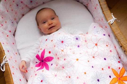 Allover Blüte pink/orange bestickt fürs Baby