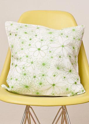 Weißes Kissen mit grüner Alloverblüte