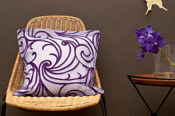 Zartviolettes Kissen mit violetter Art- Decosticke