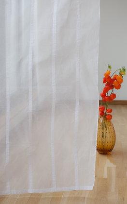 Weiße Gardine mit applizierten weißen Streifen