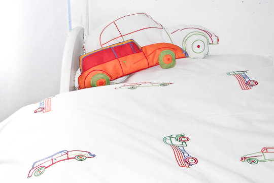 Bettwäsche bestickt mit Autos fürs Schulkind