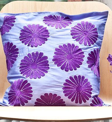 Zartviolettes Kissen mit violetter Stickerei