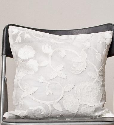 Weißes Kissen mit weißer Wollstickerei