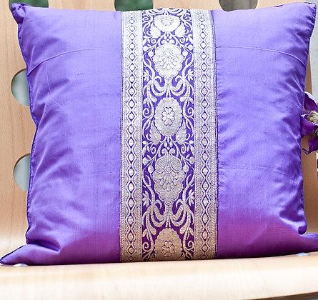 Violettes Seidenkissen mit Brokatbordüre