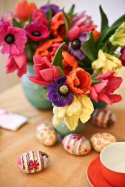 Bunte Tulpen und Anemonen