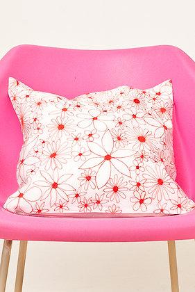 Weißes Kissen mit roter Alloverblüte
