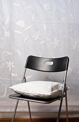 Weiße Ari Gardine mit weißer Stickerei