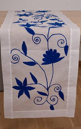 Weißer Ari-Tischläufer mit blauer Stickerei