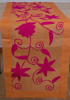 Oranger Ari-Tischläufer mit pinker Stickerei