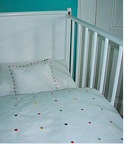 Bettwäsche mit kleinen bestickten Punkten