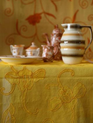 Gelber Tischläufer mit gestickter Tibetblüte