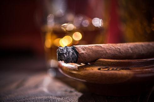 smoking-cigar-in-vintage-ashtray-PTZBP5Z