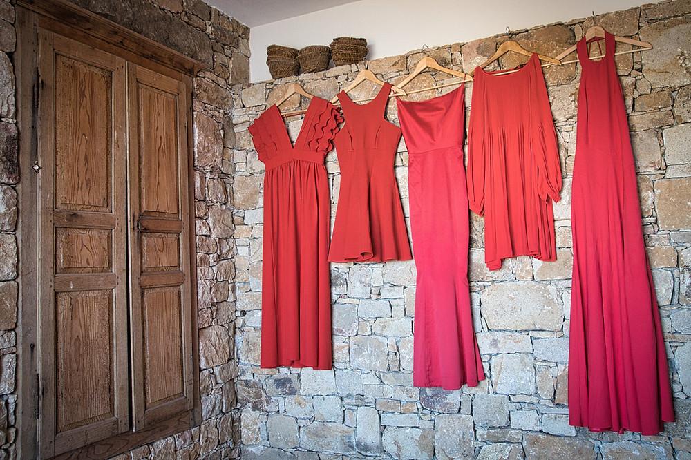 En attendant la mariée, les demoiselles à l'honneur dans de belles robes assorties mais singulières afin de souligner le caractère de chacune. Mariage multi-culturel en Corse. Photographie par Les Shoots du Cartel.