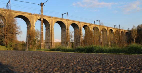 Viaduc ferroviaire de Besnault.JPG