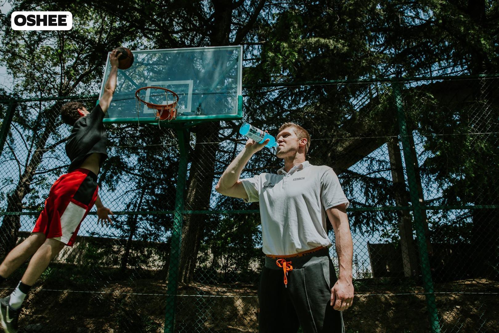 viktor boisa playing basketball