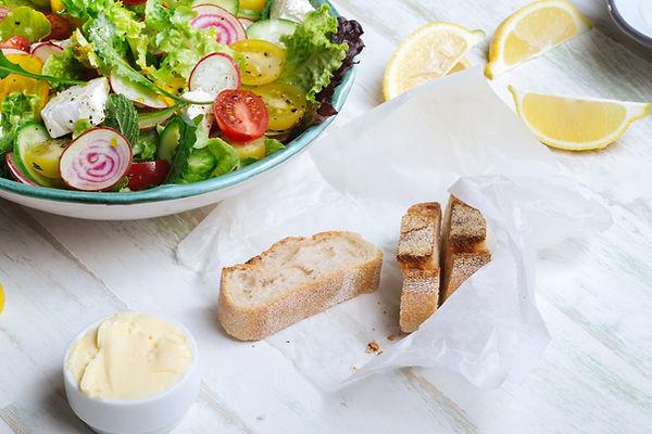Frischer Salat und Brot