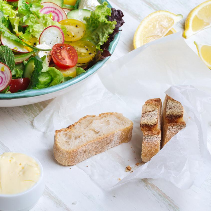 Świeże sałatki i chleb