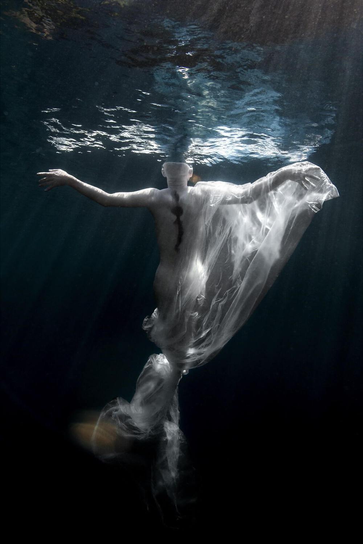 mannequin au fond de l'eau