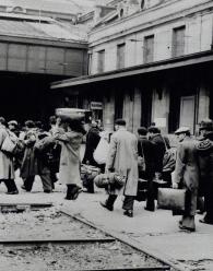 L'arrivée des juifs lors de leur arrestation, à la gare d'Austerlitz par l'arrière de la gare