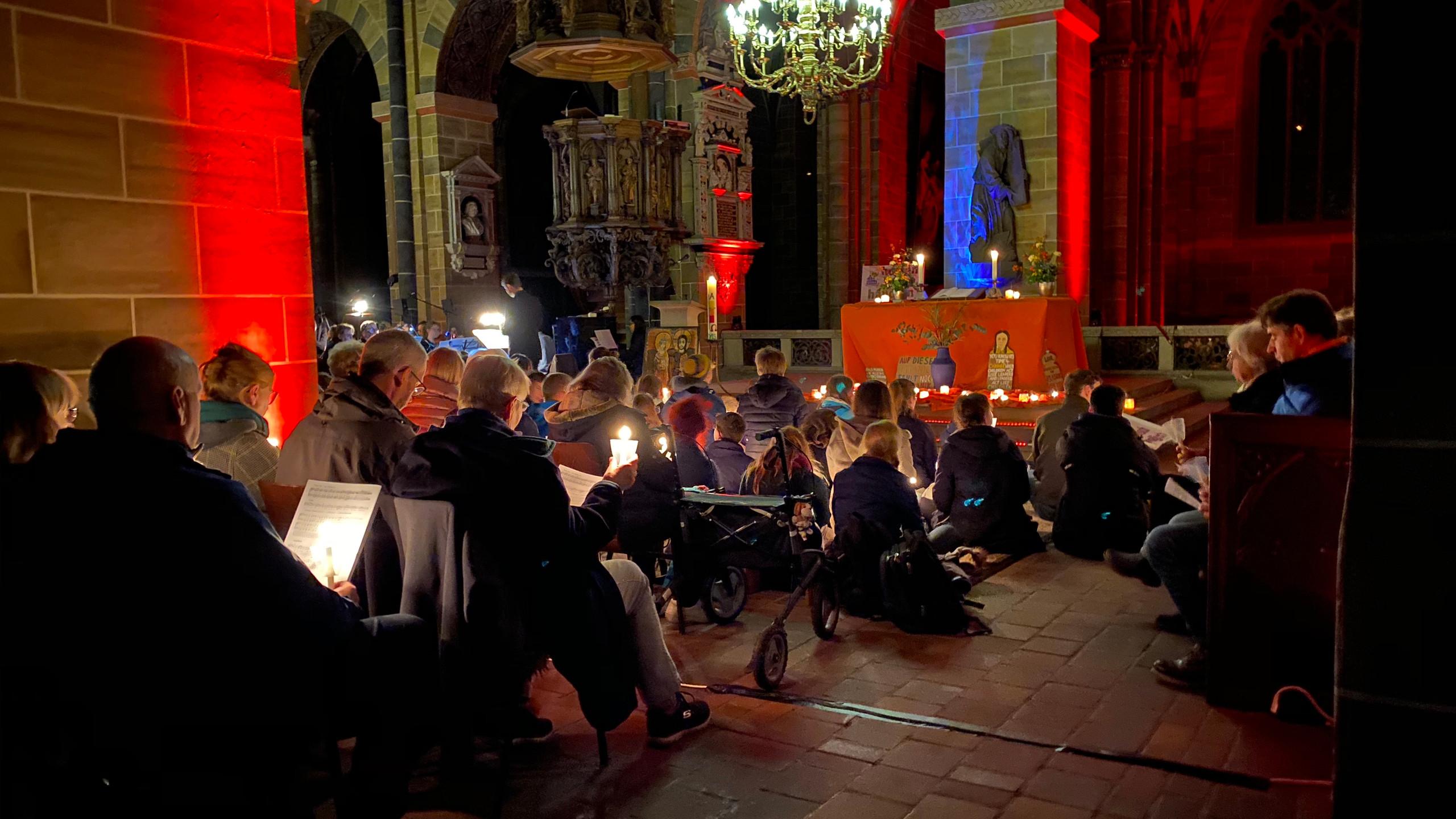Blick von links in die Mitte zum Altar während der Nacht der Lichter im Dom.