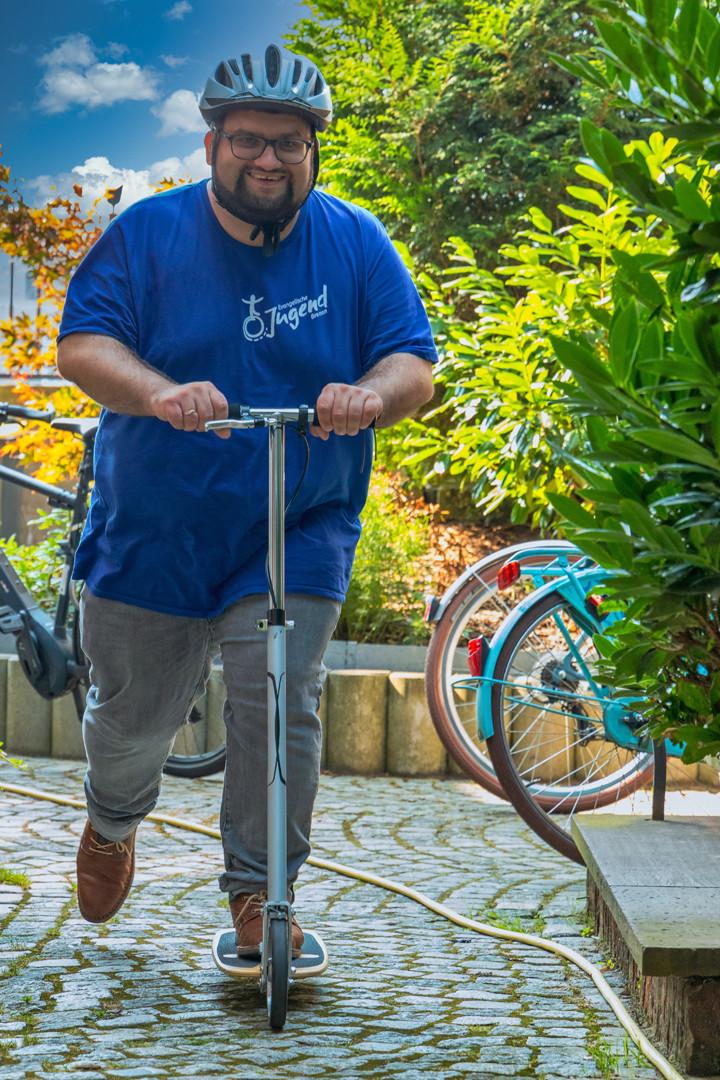 Mit einem Roller - so wird man Manuel öfters in Bremen sehen.