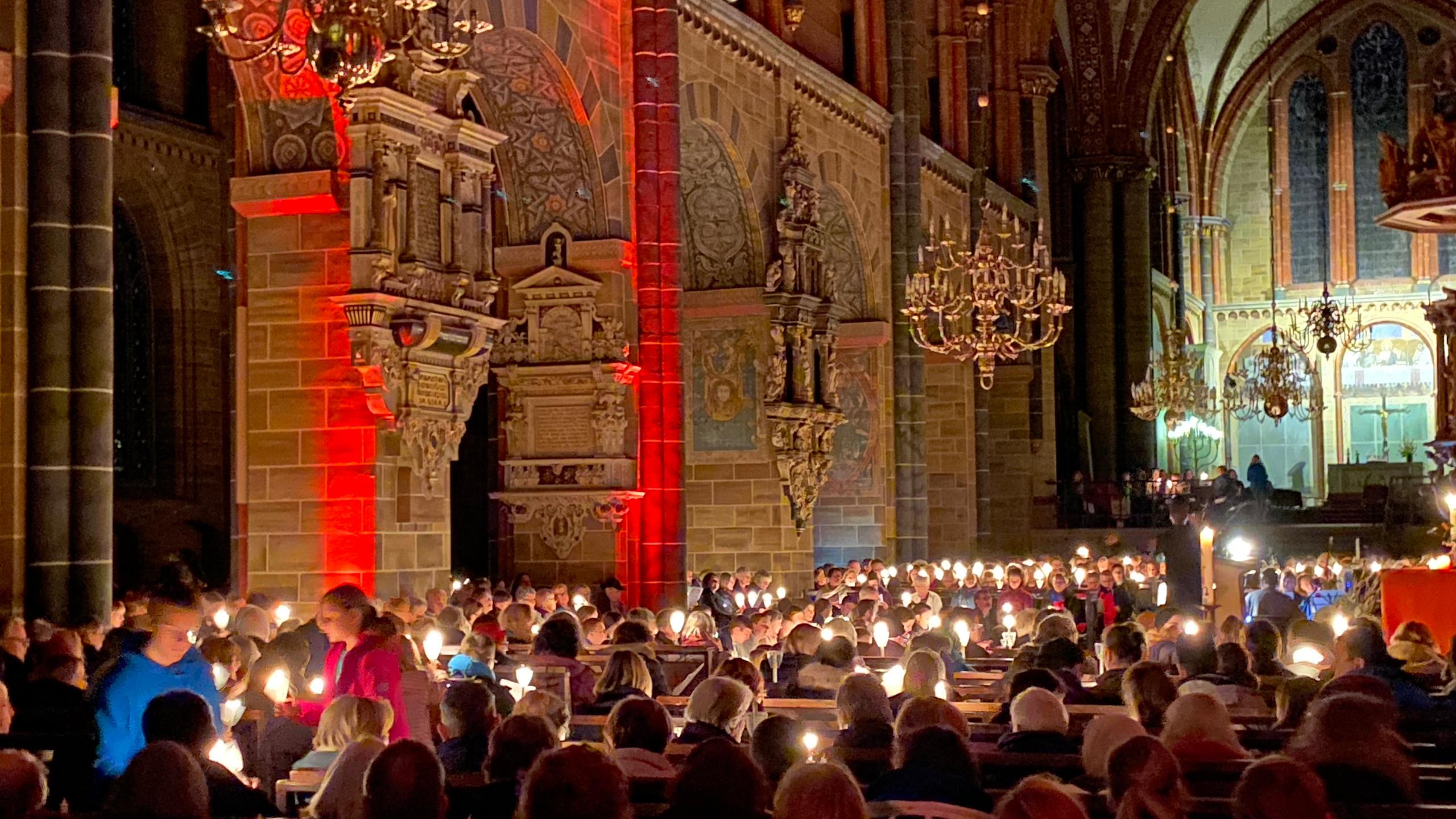 Blick auf die linke Reihe der Sitzplätze im Dom während der Nacht der Lichter.