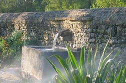 Fontaine en pierre au logis de Chaligny